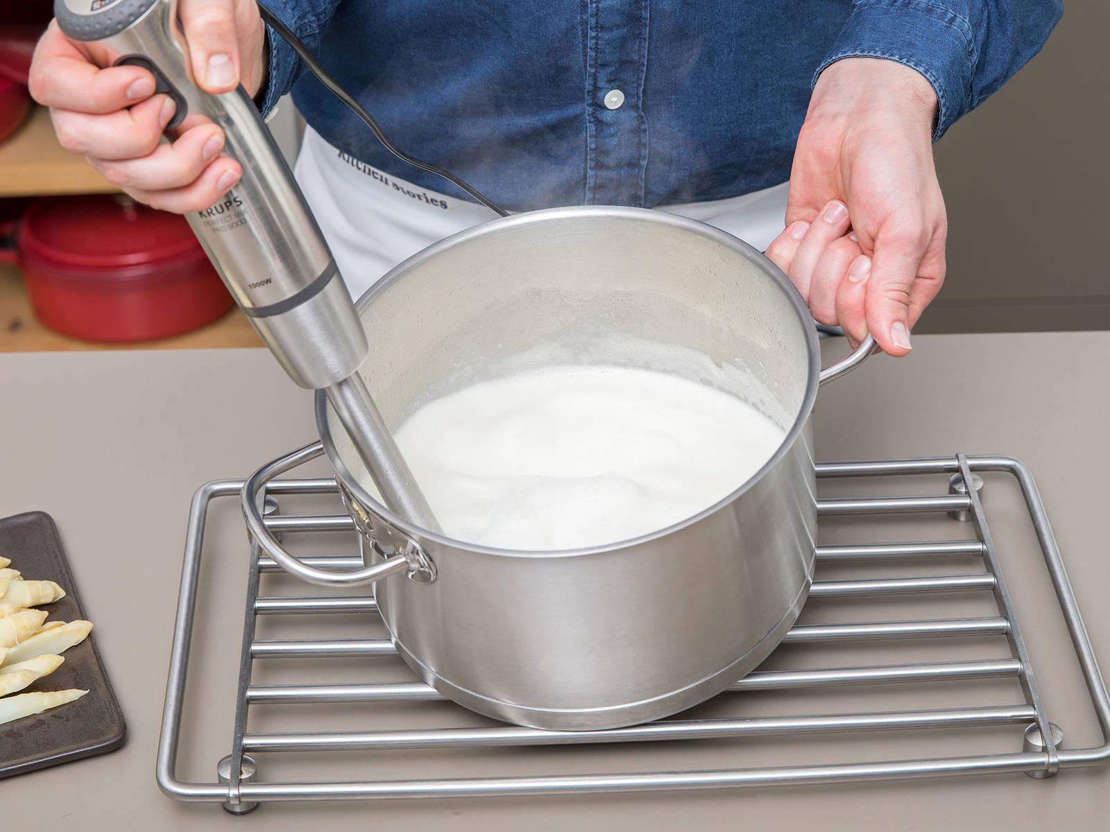 Die Suppe mit einem Stabmixer glatt pürieren. Mit gehacktem Schnittlauch und beiseitegelegten Spargelköpfen servieren. Guten Appetit!