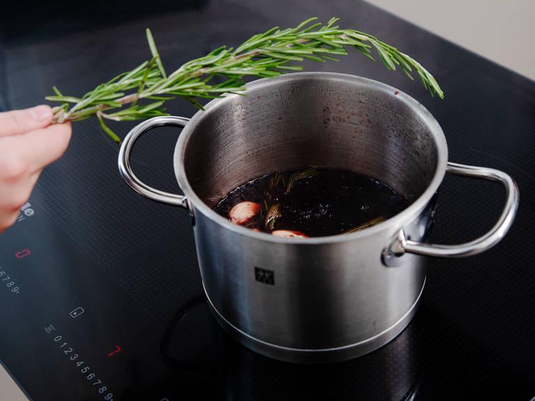 将糖倒入锅中,中火加热成焦糖。柠檬切半后榨汁。往锅里倒入樱桃汁、波特酒、黑加仑酒、巴萨米克香醋和柠檬汁。蒜削皮剁碎,和月桂叶、整枝迷迭香一起放入锅中。中小火煮至酱汁浓稠。