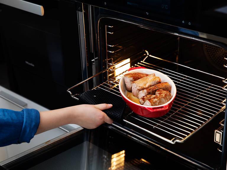 将猪肉从煎锅中拿出,放入烤盘中。送人烤箱,以160摄氏度烤5分钟。此期间,将月桂叶、迷迭香和蒜末从酱汁中捞出。然后往里放入黄油、盐、胡椒和樱桃,搅拌混合。用盐调味菊苣,淋入橄榄油,搅拌均匀。将猪肉从烤箱中取出。