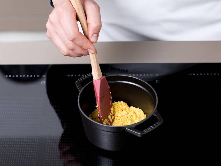 将玉米泥倒入小锅中,中高火加热5分钟,不时搅拌。关火取下,置于一旁。