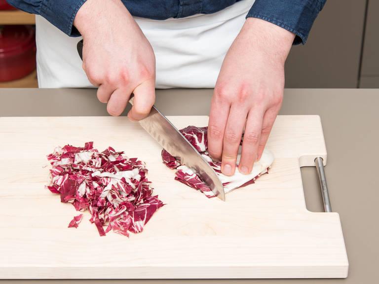Schalotten fein würfeln. Radicchio vierteln und in Streifen schneiden oder klein zupfen. Walnüsse grob hacken.