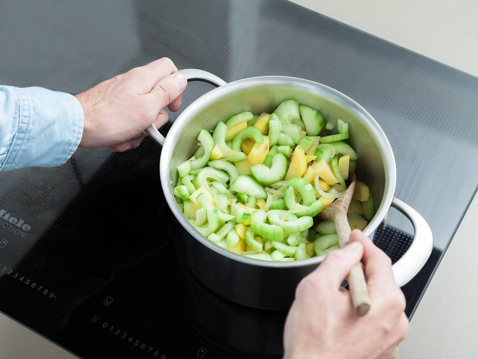在锅中加热些许植物油,倒入洋葱,翻炒2分钟。放入土豆,炒5分钟。接着倒入黄瓜和些许蔬菜高汤,盖上盖子,再煮10分钟。