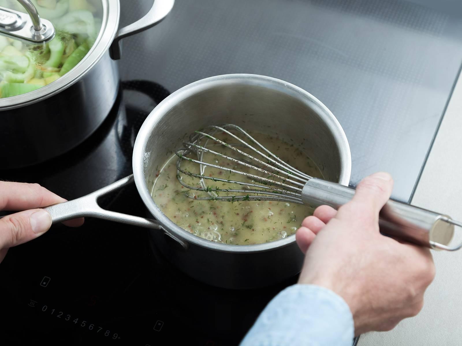 与此同时,在平底锅中加热黄油。倒入糖和面粉。中火煮1-2分钟,待其起泡。倒入剩余的蔬菜高汤。拌入芥末、醋和芥末籽。撒盐与胡椒调味,放入莳萝末,搅拌均匀。