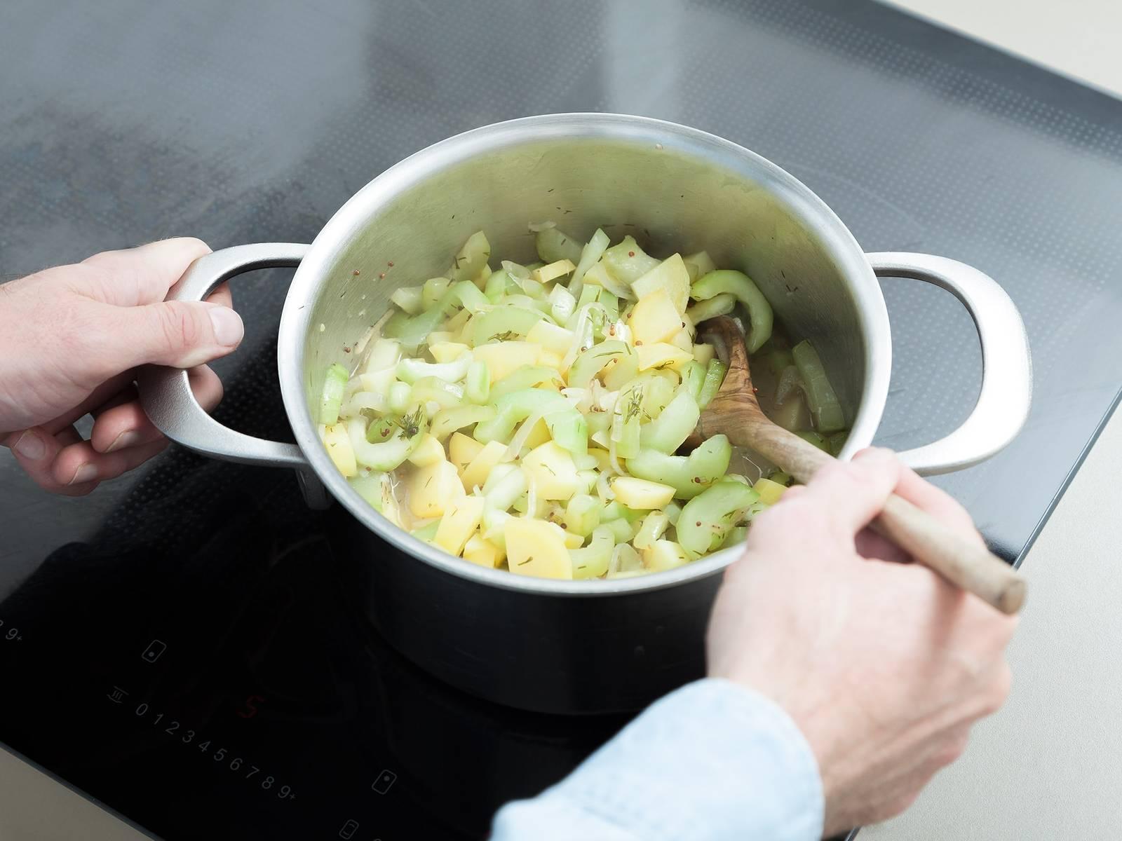 将酱汁倒入煮着黄瓜和土豆的锅中,搅拌均匀后盖上盖子继续煮10分钟。
