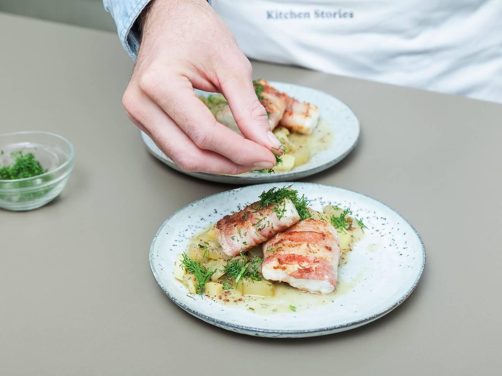 将梭鲈鱼排放到土豆炖黄瓜上,撒盐与胡椒调味,饰以剩余的莳萝。尽情享用吧!