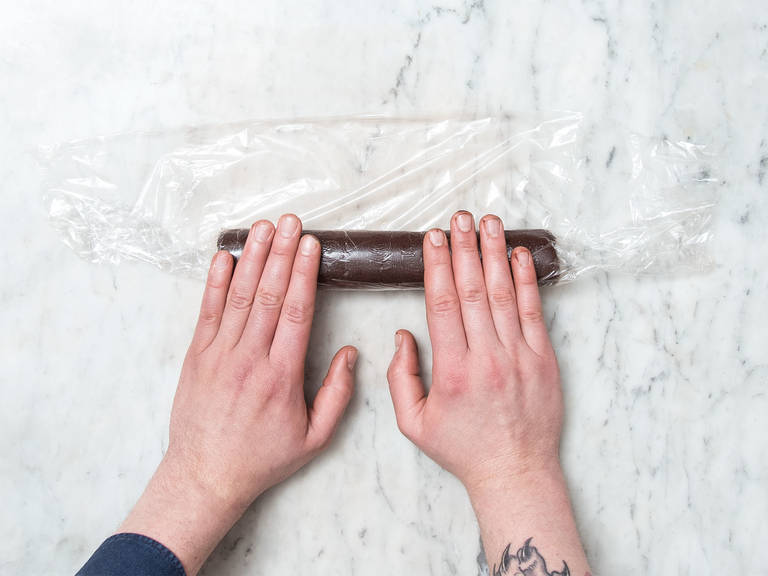 Roll dough into an approx. 5-cm/2-in. thick log. Wrap in plastic and let chill in the fridge for approx. 30 min.
