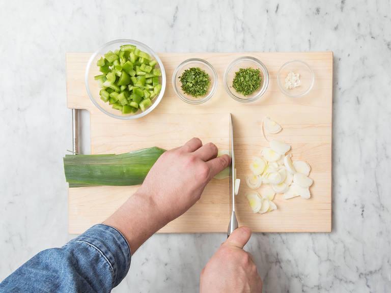 蒜剥皮剁碎。将灯笼椒去籽切丁。薄荷和欧芹剁碎。将韭葱纵向切半,然后切丝。