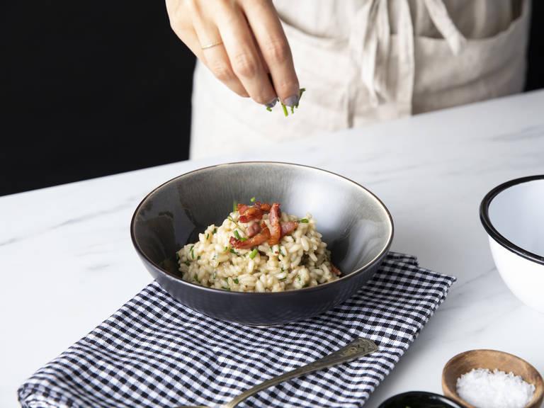 将炖饭分到两碗或两个盘子中。放上一个煎鸡蛋,撒上剩余的培根和香葱。尽情享用吧!