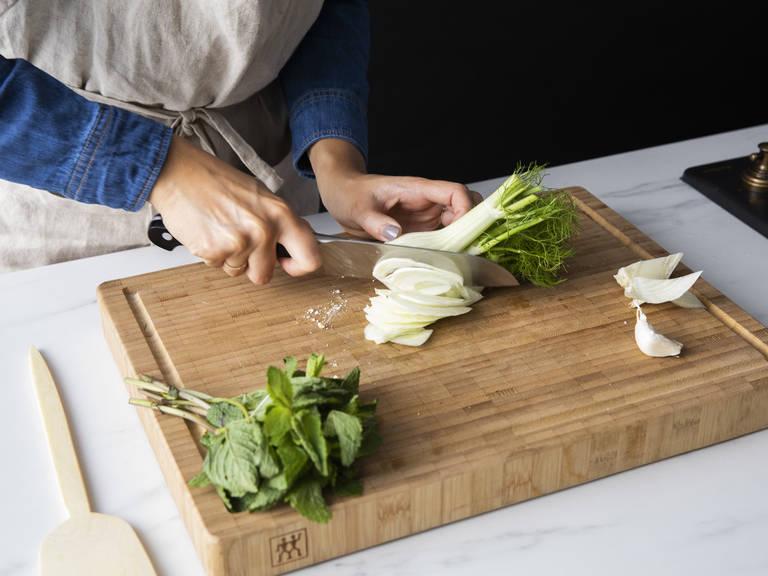 茴香切薄片(取下任何叶片,作为装饰),剁碎蒜,橄榄切半。大略剁碎薄荷,待用。中火加热一个不粘锅,倒入半份剩余的橄榄油。将茴香煎至透明,约需8分钟。撒盐与胡椒调味,倒入蒜、橄榄和三分之一薄荷。继续翻炒5分钟,直至茴香变软但不是糊状。关火取下,静置。
