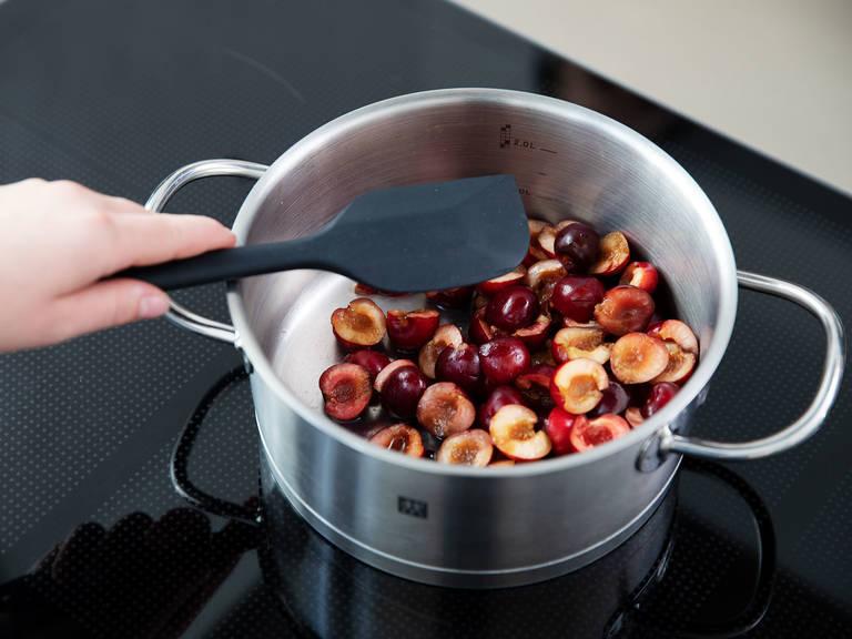 将樱桃和柠檬汁倒入锅中,小火煮5分钟。