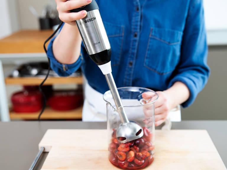 将樱桃从锅中倒入液体量杯,搅打一次。倒入琼脂,搅拌混合。将樱桃泥倒回锅中,再煮2分钟。