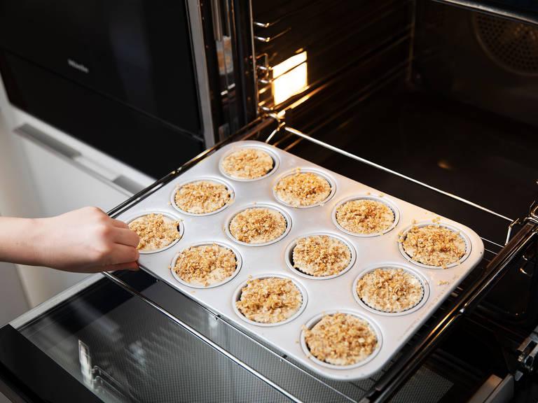 Die Muffinform gleichmäßig mit Teig füllen und mit der Streusel-Glasur bestreuen. In den Backofen schieben und bei 200°C für ca. 20 Min. backen, bis die Muffins goldbraun sind. Guten Appetit!