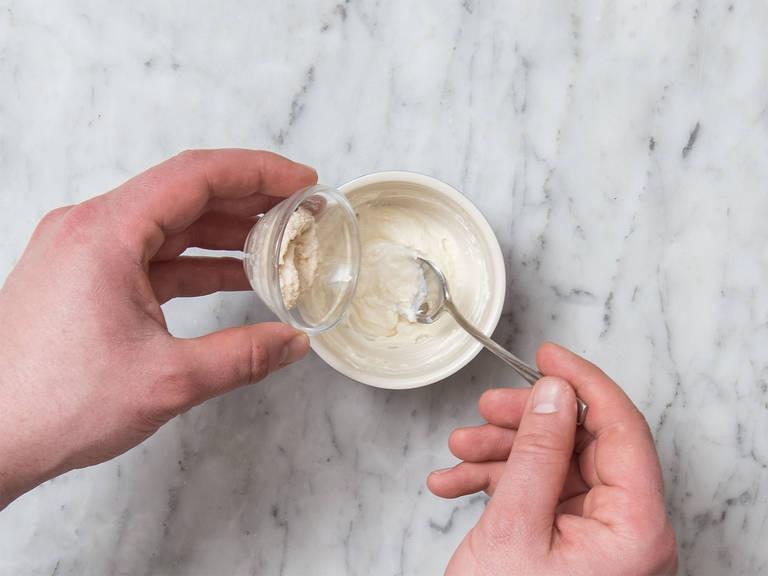 将香葱剁碎。清洗芝麻菜。将奶油奶酪和山葵放到一个碗中,搅拌混合。置于一旁。