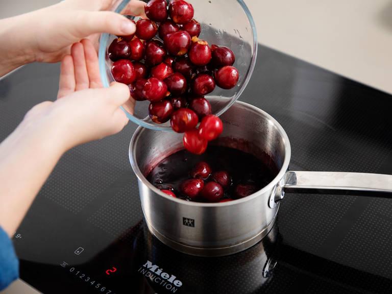 用刀将樱桃切半去籽。在一个小锅中,混合樱桃汁、波本酒和淀粉。将一部分香草糖和樱桃倒入锅中,中高火加热,不时搅拌,直至樱桃酱变稠。放入冰箱中,冷藏至要享用时再取出。