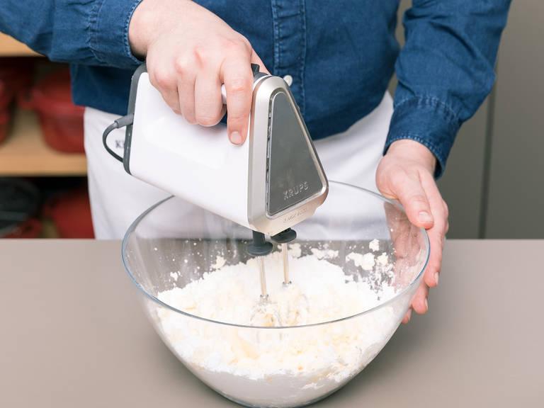 烤箱预热至175°C。用黄油润滑烤模并撒上面粉。在一只大碗中,用手持式料理机搅打大部分黄油,大部分糖粉,一半的香草精以及一撮盐,直至发泡。一个一个地打入鸡蛋并搅打。在另一只碗中,混合面粉和泡打粉。小心缓慢地将部分面粉混合物和洋甘菊茶味牛奶拌入黄油混合物。将洋甘菊茶碎沥干,倒入面糊中。搅拌混合。