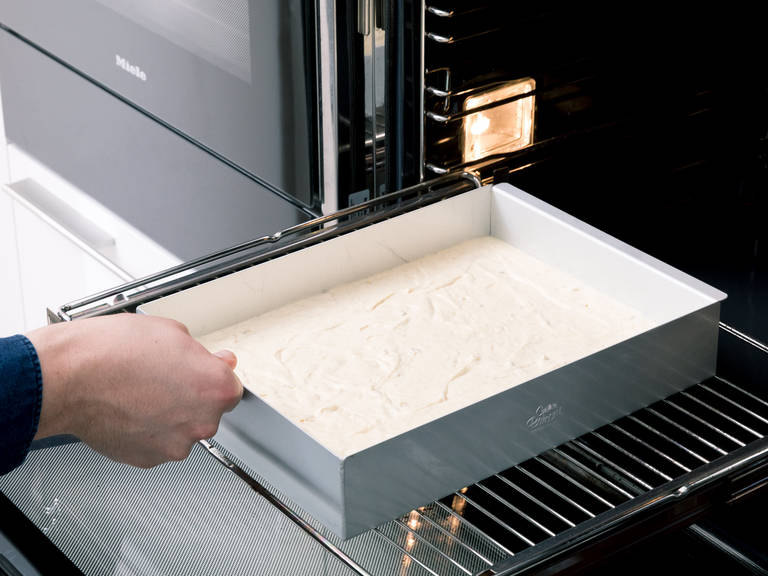 将面糊倒入润滑过的烤模中,抹平顶部。以175°C在烤箱中烤约20分钟,或直至蛋糕最上层变金黄,蛋糕四边与烤模分离。