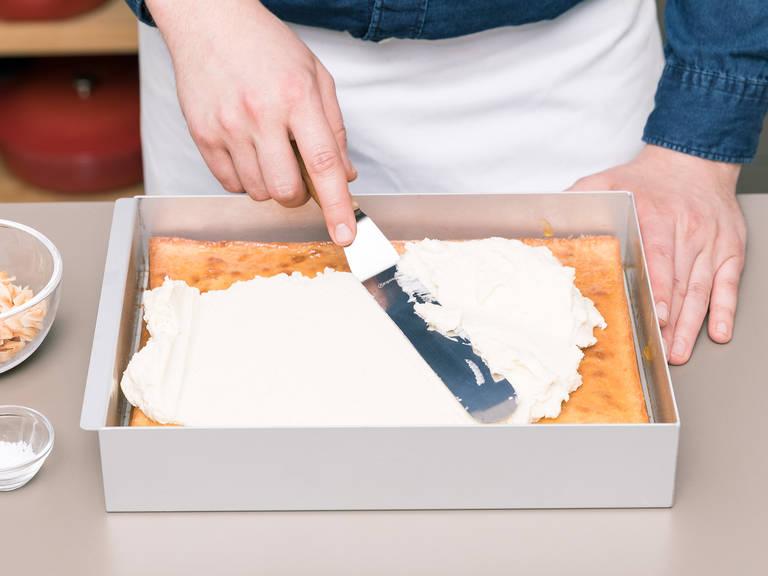 将蛋糕从烤箱里取出,立即在顶部刷上薄薄一层杏梅酱,放置一旁静置约60分钟,待其冷却。与此同时,在一只大碗中混合剩余的黄油、香草精和糖粉。拌入冷却的椰奶洋甘菊混合物以及蜂蜜。低速搅打,直至顺滑。均匀抹在冷却的蛋糕顶部,撒上法国烟花和烤椰子片。切块后尽情享用吧!