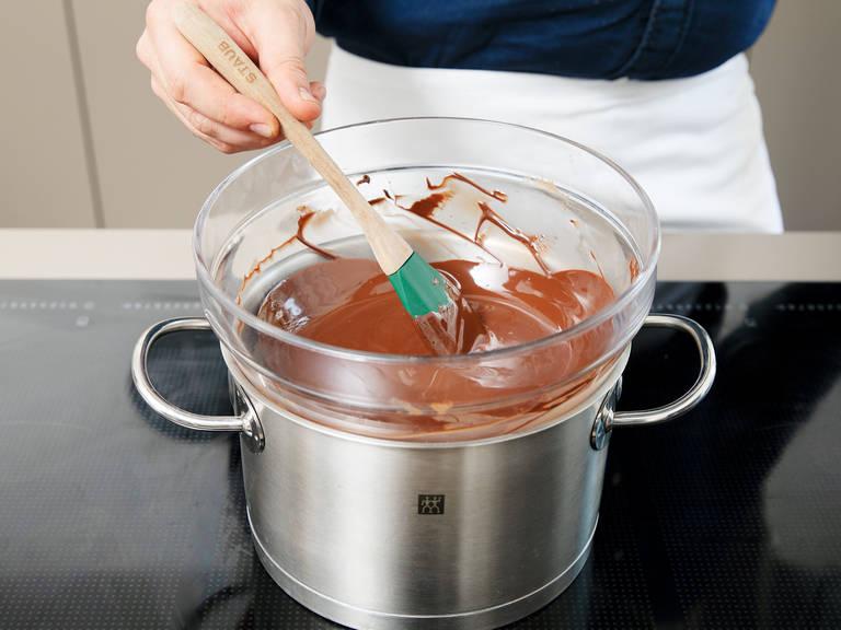 此期间,隔水加热融化甜苦考维曲巧克力。待蛋糕冷却好,便将它从烤盘中倒出,往其表面均匀地抹上考维曲巧克力。尽情享用吧!