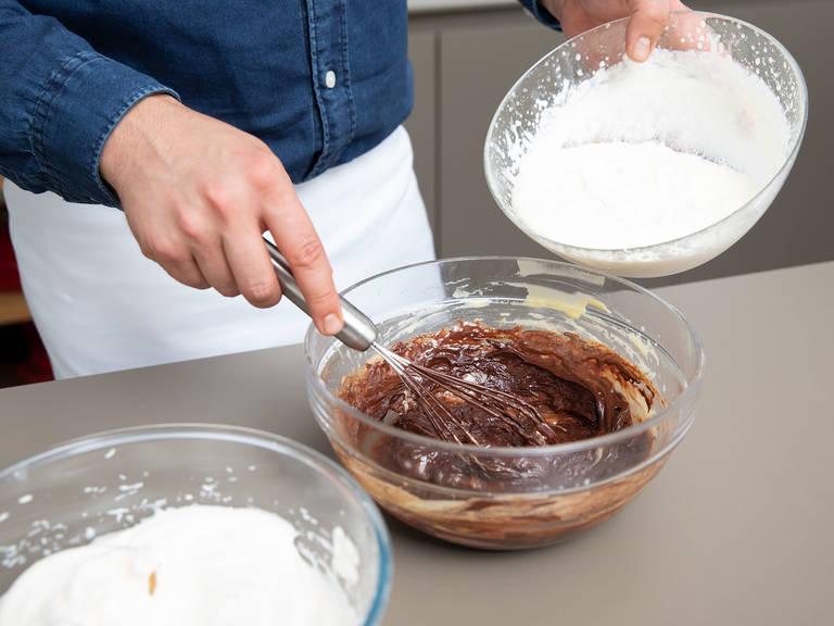 Geschmolzene Zartbitterschokolade dazugeben und vorsichtig vermengen. Falls gewünscht, Rum hinzugeben. Vorsichtig die geschlagene Sahne und Eiweißmischung unterrühren. Mind. 1 Std. vor dem Servieren im Kühlschrank kalt stellen. Guten Appetit!