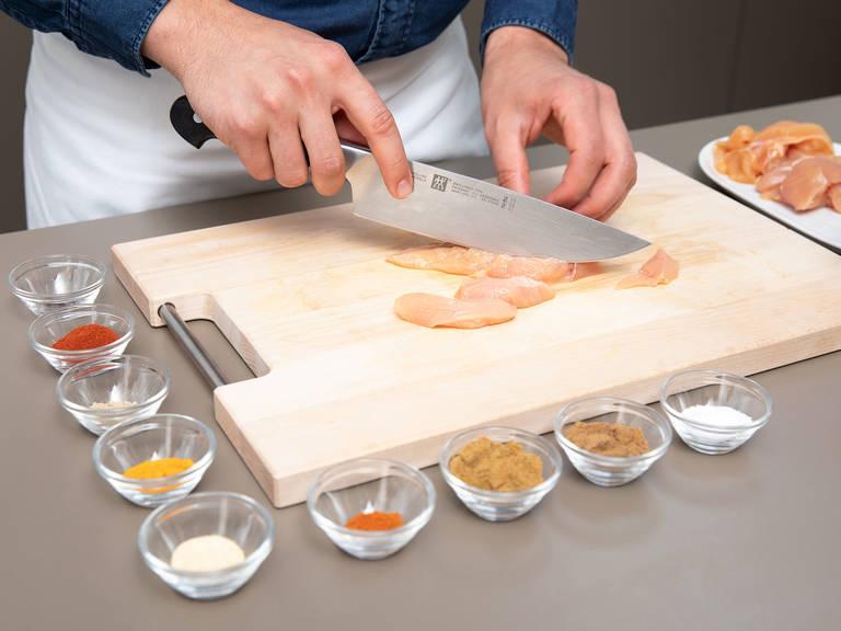 Hähnchenbrust in Streifen schneiden. Knoblauchpulver, Nelken, Kurkuma, Kreuzkümmel, Kardamom, Koriander, Cayennepfeffer, geräuchertes Paprikapulver und Salz in eine Schüssel geben und vermengen. Hähnchenbruststreifen mit Olivenöl in die Gewürzmischung geben und damit einreiben, bis das Fleisch komplett ummantelt ist. Für optimalen Geschmack Hähnchenbruststreifen in einen Gefrierbeutel legen und mind. 3 Std., am besten über Nacht, im Kühlschrank marinieren lassen.