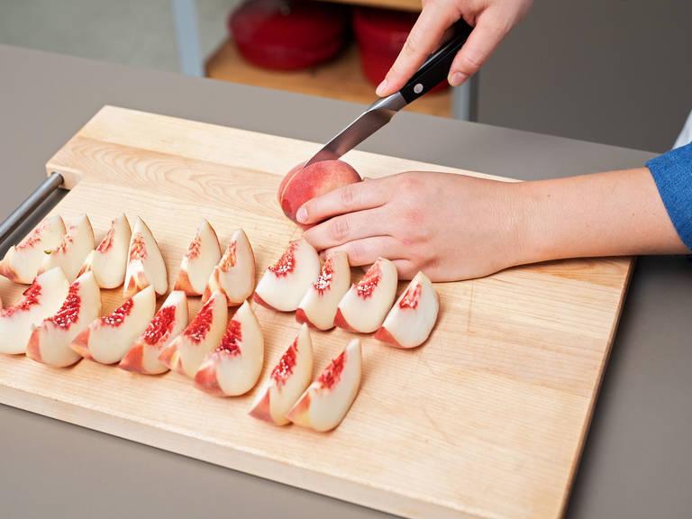 用塑料膜盖住碗,静置1小时。此期间,将桃子切成厚片。往锅里倒植物油,中火加热,放入桃子片,煎1分钟。然后倒上橘子汁。放入剩余的糖,煮2分钟,直至焦糖化。亦或是直到桃子片变软和有光泽。