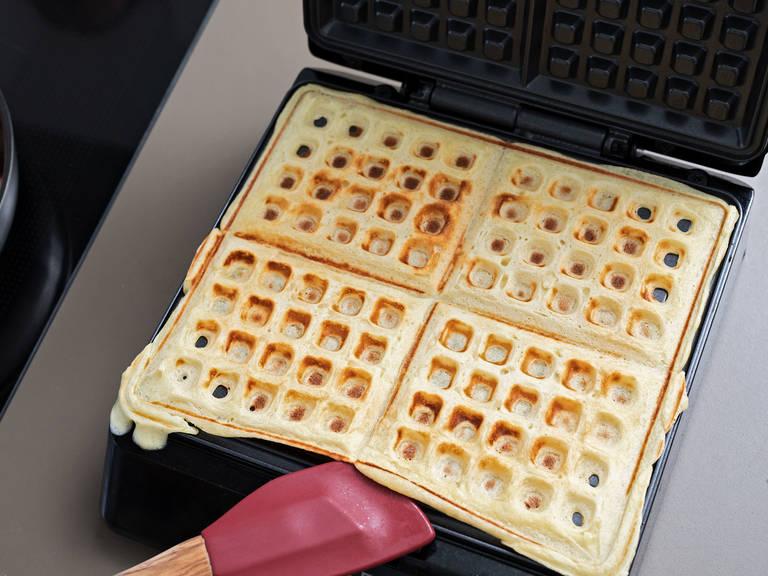 静置1小时后,华夫饼面团应体积翻倍。预热华夫饼机,用些许植物油润滑。用小汤勺舀出团,放到华夫饼机上,烤5分钟。剩余面团也同样操作。