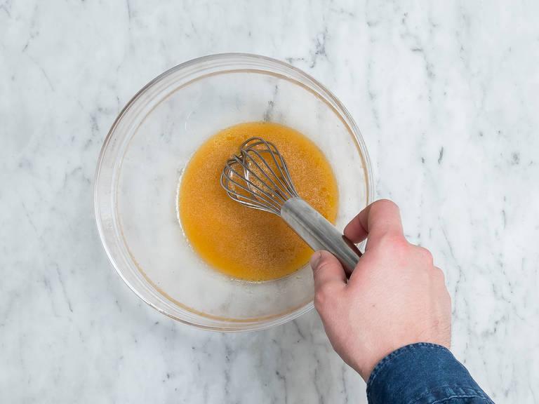 Währenddessen Limetten halbieren und den Saft auspressen. In einer großen Schüssel mit Olivenöl und Chilisauce verrühren. Mit Salz abschmecken.