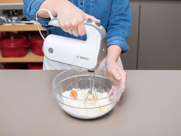 Backofen auf 175°C vorheizen. Kastenbackform mit Butter einfetten und mit Mehl ausklopfen. Butter, Zucker, Vanilleextrakt und Salz in einer großen Schüssel mit dem Handrührgerät schaumig rühren.