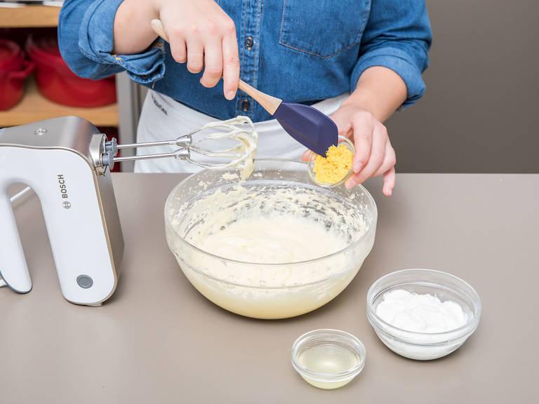 Eier einzeln unterrühren. Zitronenabrieb, Zitronensaft und griechischen Joghurt dazugeben und vermengen. Mehl mit Backpulver in einer separaten Schüssel mischen und anschließend unter den Teig rühren.