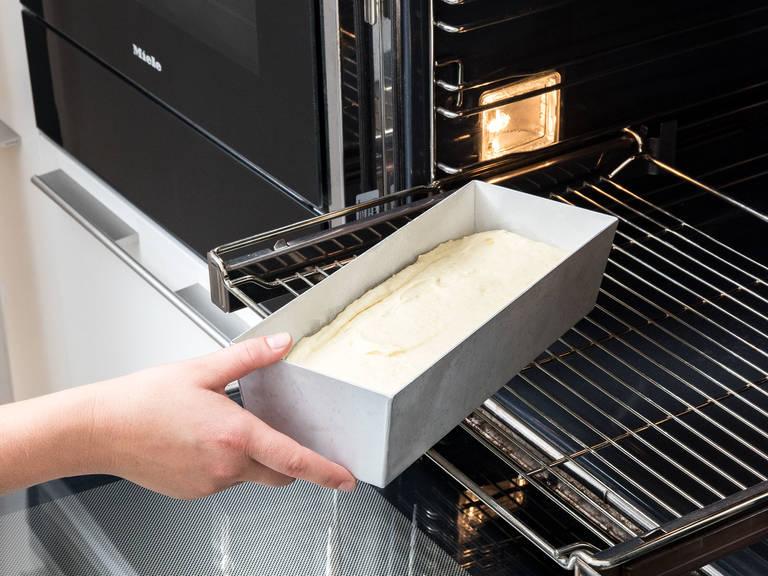 Den Teig in die vorbereitete Kastenform füllen, glatt streichen und bei 175°C ca. 55 Min. backen. Nach dem Backen ca. 15 Min. in der Form auskühlen lassen und anschließend aus der Form nehmen und auf einem Kuchengitter komplett auskühlen lassen.
