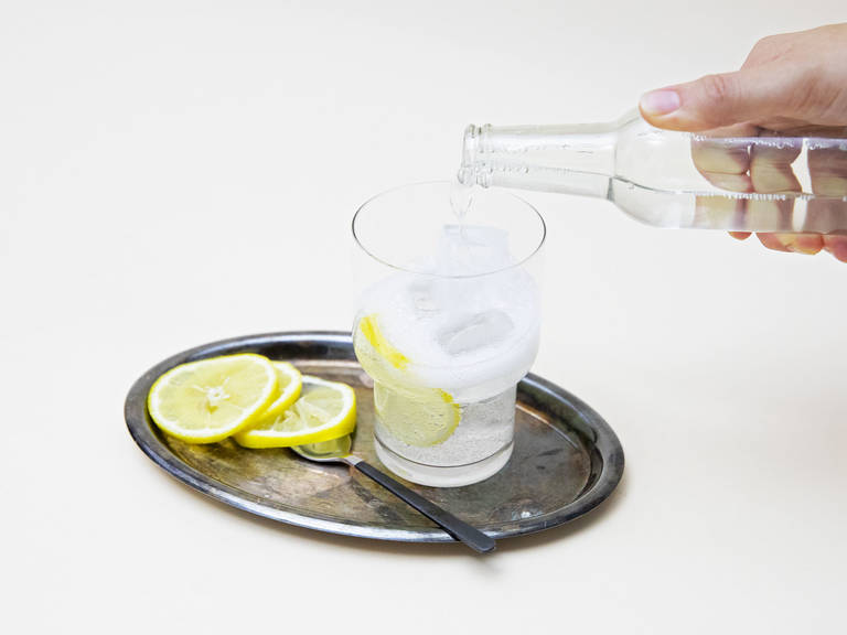 将冰放入玻璃杯内。倒入汤力水、姜味糖浆、浓缩咖啡,然后用一片柠檬作为装饰。尽情享用吧!