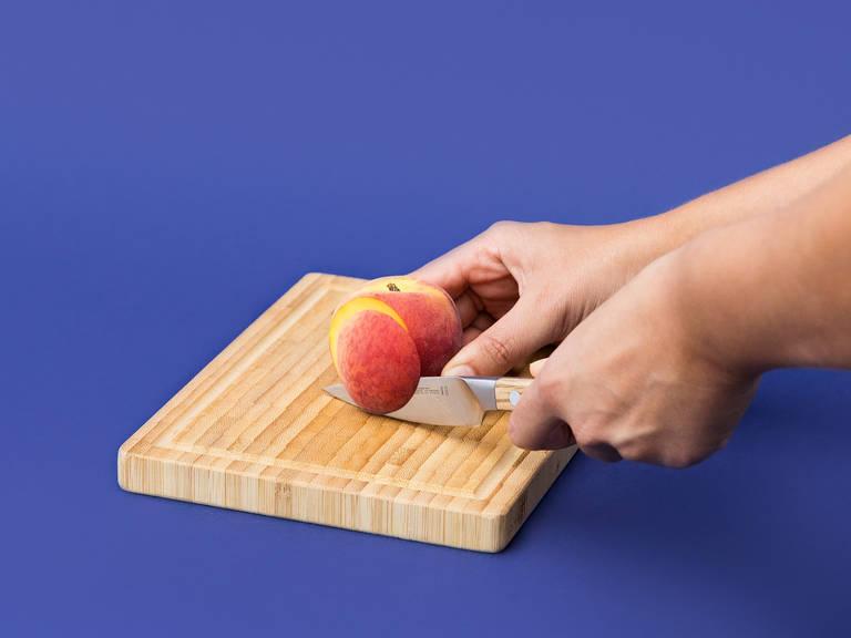 Die Kerne der Pfirsiche entfernen und den größten Teil der Pfirsiche grob hacken. Einen Pfirsich zum Servieren beiseitelegen und in Spalten schneiden.