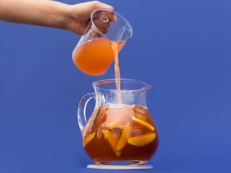 Einen großen Pitcher mit Eiswürfeln, Minze und übrigen Pfirsichspalten füllen. Das kalte Wasser dazugeben und anschließend mit abgekühltem Tee, Pfirsich-Sirup und Zitronensaft auffüllen. In Gläsern servieren. Prost!