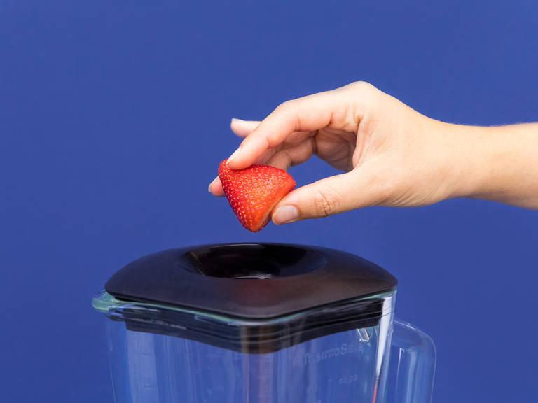 Erdbeeren waschen und entstielen. Den Großteil der Erdbeeren in einem Standmixer pürieren.