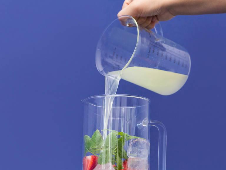 将冰加入一个大水壶。将已切片的草莓放入水壶内,如有需要,同时放入柠檬香草叶。倒入柠檬汁、苏打水和草莓泥。搅拌均匀保证糖已经完全融化。尽情享用吧!
