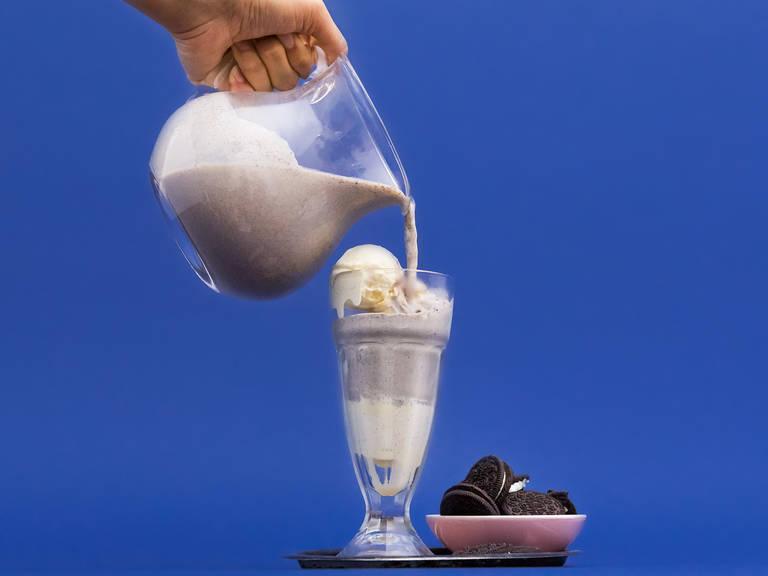 倒入玻璃杯中,饰以一勺冰淇淋和奥利奥饼干。尽情享用吧!