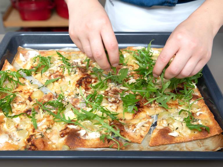 将披萨放回烤箱中,以240℃再烤6-8分钟,或直至奶酪开始融化,披萨变得焦脆。佐以新鲜芝麻菜,尽情享用吧!