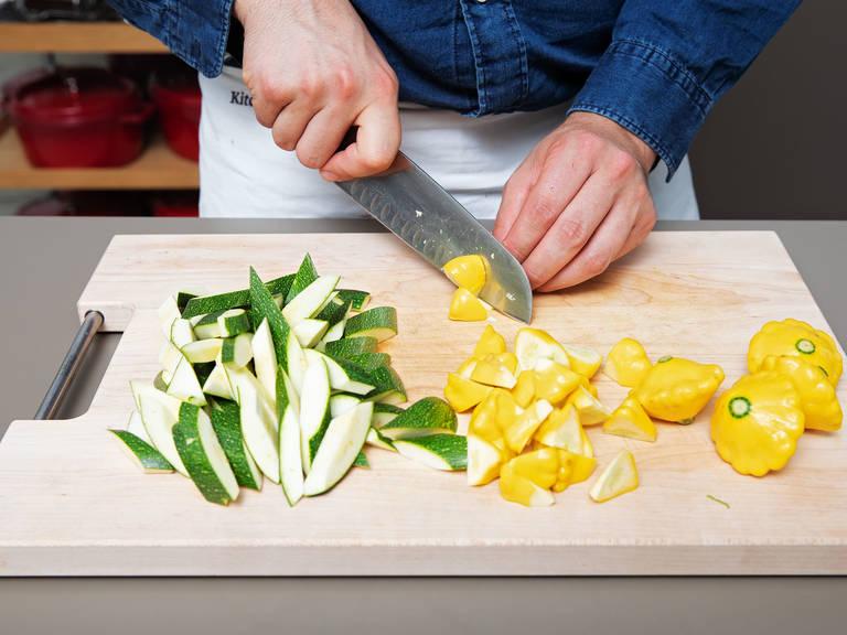 Backofen auf 160°C vorheizen. Sommerkürbis und Zucchini klein schneiden und zusammen mit den Kirschtomaten in eine Auflaufform geben.