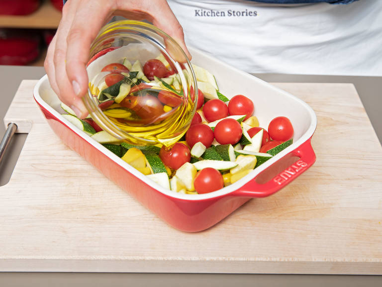 Die Hälfte des Olivenöls über das Gemüse träufeln, mit Salz und Pfeffer würzen und in den Backofen schieben. Bei 160°C für ca. 30 Min. rösten.