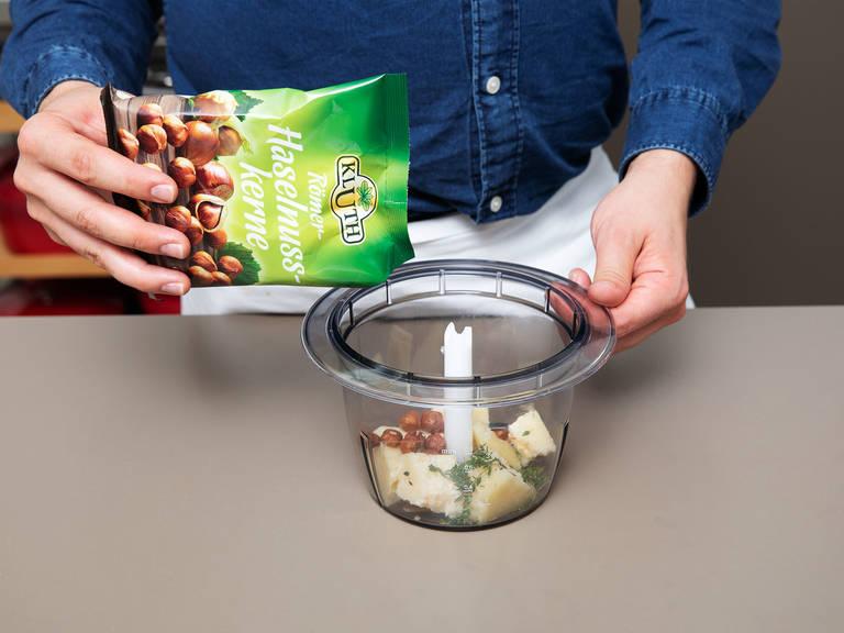 同时,把佩科里诺奶酪、大蒜、榛子、面包屑,还有百里香放入食物料理机内,搅打混合。