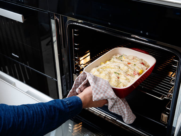 将烤盘从烤箱内移除,将温度增加到200°C。 将佩科里诺奶酪和榛子混合物撒到蔬菜上面,然后将剩余的橄榄油撒上。放回烤箱内然后再次烘烤15分钟, 或者直至表层呈金棕色。尽情享用吧!