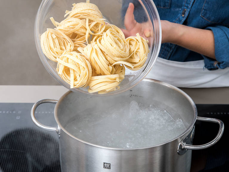 Bring salted water to a boil and cook tagliatelle according to package instructions. Drain and reserve approx. 100 ml /0.5 cup of the cooking water.