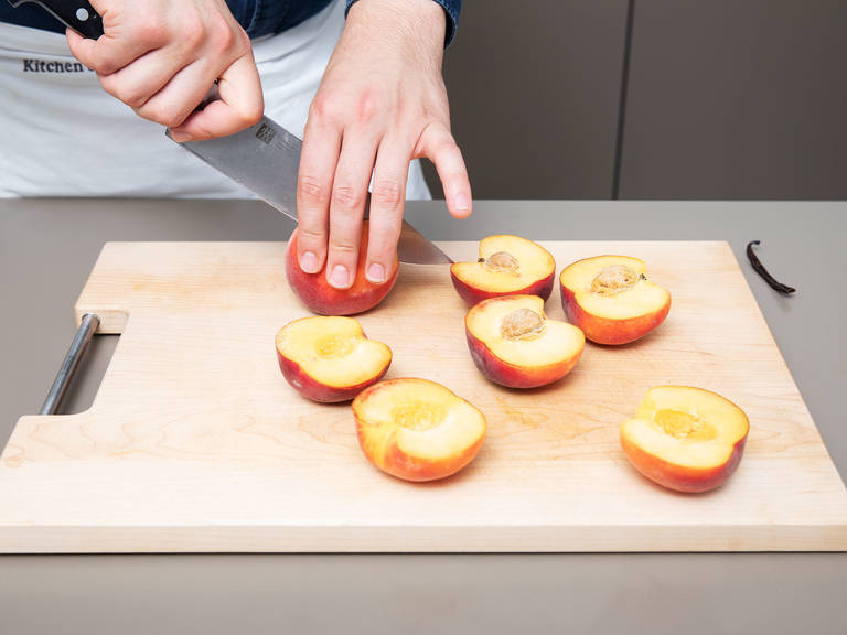 Pfirsiche halbieren und die Kerne entfernen. Die Vanilleschote auskratzen.