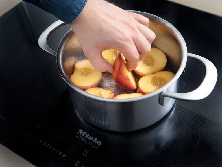 Weißwein, Vanillemark und -schote, Zitronenabrieb und Zucker in einen großen Topf über mittlerer Hitze geben und verrühren, bis sich der Zucker aufgelöst hat. Anschließend die Pfirsiche dazugeben und ca. 5 Min. köcheln lassen, sodass die Pfirsiche fest bleiben, aber Aroma entwickeln. Pfirsiche aus dem Topf nehmen und den Sirup ca. 3 Min. reduzieren lassen und anschließend vom Herd nehmen.