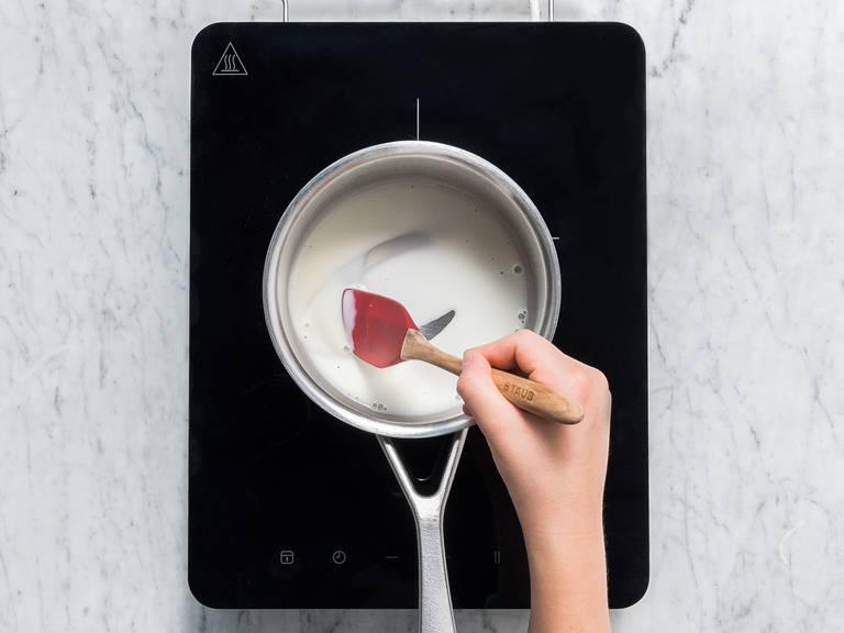 将五分之一的浓奶油置于一旁,然后剩下的都倒入一个碗中。加入塔塔粉,搅打至形成硬性发泡。然后冷藏起来。将明胶放到冷水中。往平底锅里倒入未搅打过的浓奶油,中火加热。拌入泡好的明胶,待其融化后,关火取下。