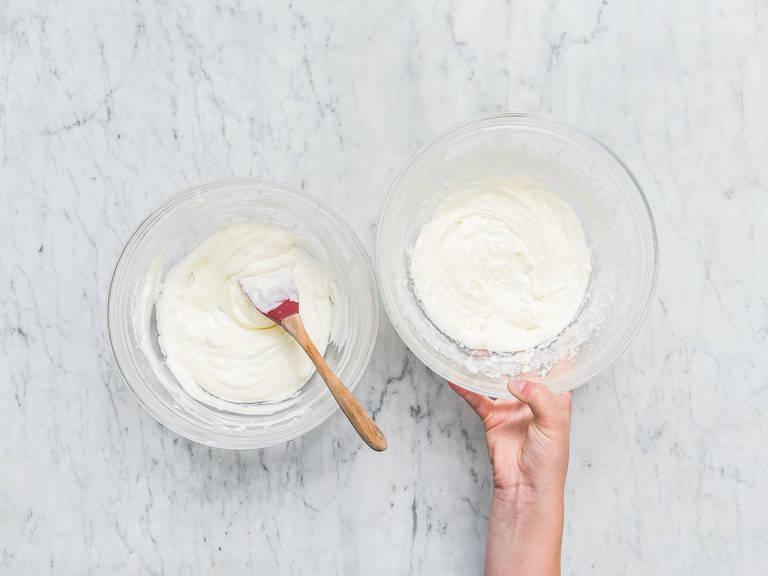 在另一个碗中,加入马斯卡波尼乳酪、糖粉和香草精,搅拌混合。倒入奶油明胶混合物,再次拌匀。慢慢地拌入冷却过的奶油。