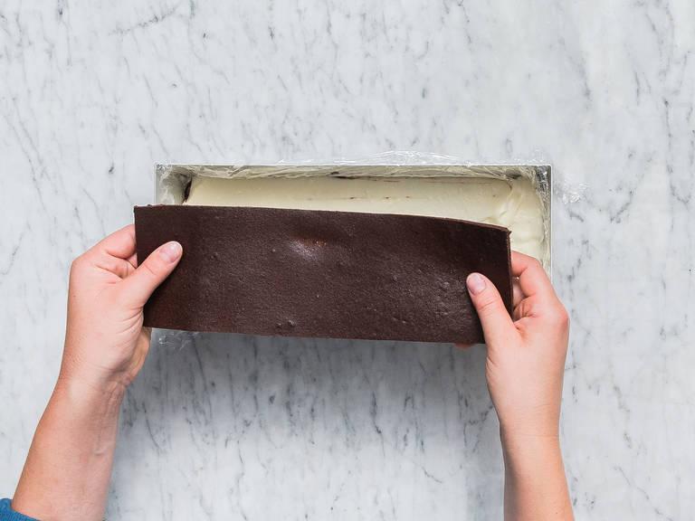 在冷却好的巧克力层上抹上剩余的马斯卡波尼乳酪,叠上另一块蛋糕。再次冷藏60分钟。