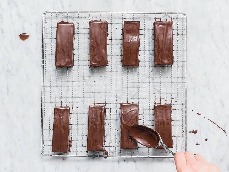 剁碎剩余的黑巧克力,隔水加热融化。往里倒入椰油,搅拌混合。关火取下,放凉10分钟。在每个巧克力棒上抹2汤匙的巧克力酱,冷却至少2小时,或隔夜。放到密封容器中保存,冷藏后享用风味才好哦!