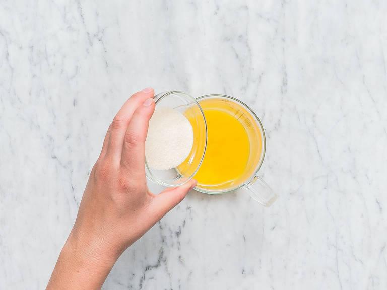 Die Hälfte des Orangensafts in einer kleinen Schüssel mit Gelatinepulver ca. 10 Min. quellen lassen. Den restlichen Orangensaft mit einem Teil des Zuckers in einem Topf über mittlerer Hitze erwärmen. Anschließend die gequollene Gelatine dazugeben und im Orangensaft auflösen.