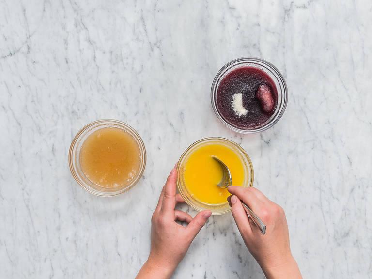 将果汁分别倒入碗中,往里平均放入明胶粉,浸泡5分钟。